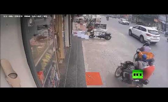 بالفيديو : خفة يد.. سرقة جريئة في وضح النهار في الهند