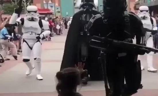 شاهد : طفلة تحاول توقيف شخصيات Star Wars في ديزني لاند