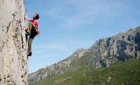 20 متسابقا يشاركون في سباق الحسين لتسلق مرتفع الرمان