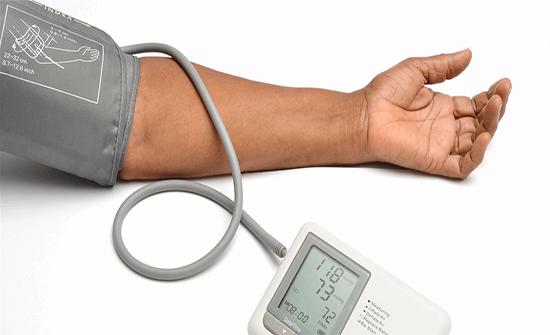 دراسة تحذر من شراء أجهزة قياس ضغط الدم من الإنترنت