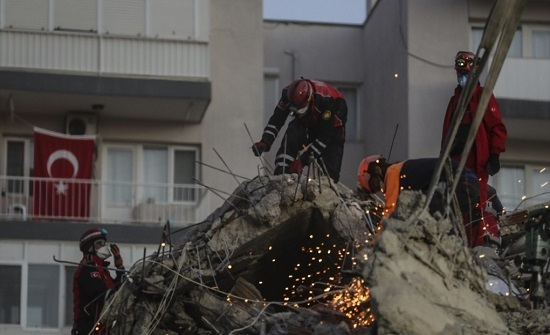 إنقاذ طفلة بعد 65 ساعة قضتها تحت أنقاض زلزال إزمير (فيديو)