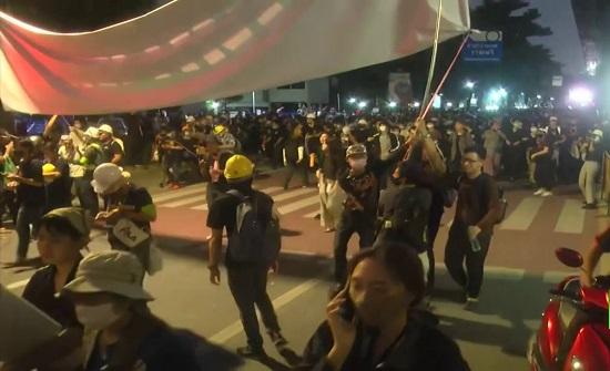 المتظاهرون التايلانديون يمنحون رئيس الوزراء مهلة ثلاثة أيام للتنحي .. بالفيديو