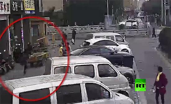 """بالفيديو : طفل يقود """"توك توك"""" ويتسبب بحادث عنيف في شرق الصين"""