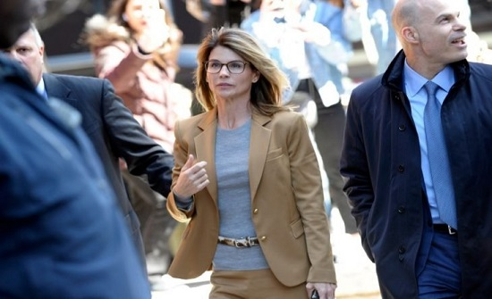 الممثلة لوري لافلين تبدأ فترة سجنها في إطار قضية فضيحة الجامعات الأمريكية