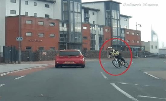 شاهد: شرطي بريطاني يسقط من دراجته بطريقة مروعة أثناء عبور الطريق