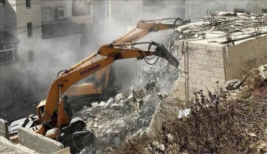 الاحتلال يخطر بهدم عمارة سكنية في شعفاط شمال القدس