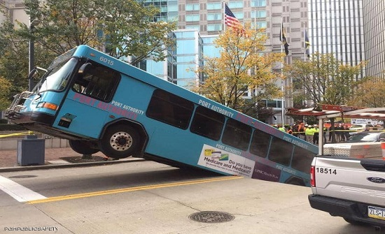 """حفرة """"مفاجئة"""" تبتلع حافلة أثناء سيرها"""