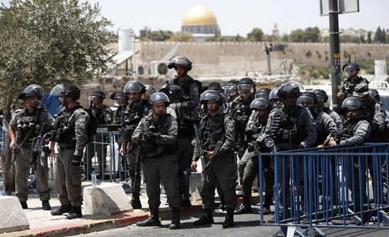 شرطة الاحتلال تحاول خنق شاب فلسطيني بالقدس .. بالفيديو