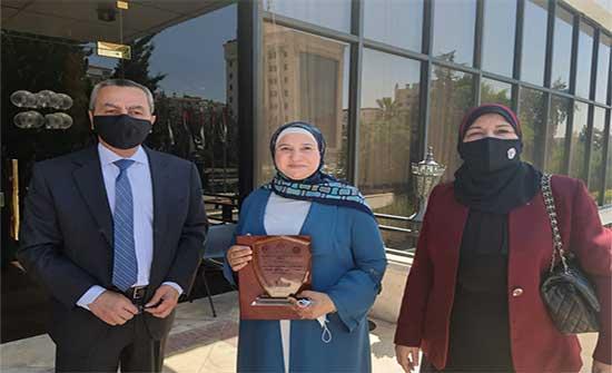 وزير التربية يهنئ المشرفة التربوية أسماء حميض الفائزة بجائزة الموظف المثالي