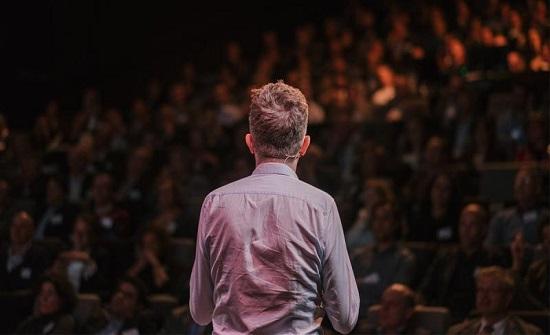 5 طرق للتخلص من توتر الحديث امام الجمهور منها التنفس