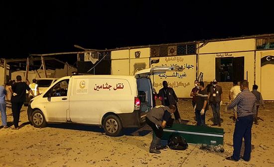 مقتل 40 مهاجرا بقصف مركز في طرابلس.. وتبادل للاتهامات
