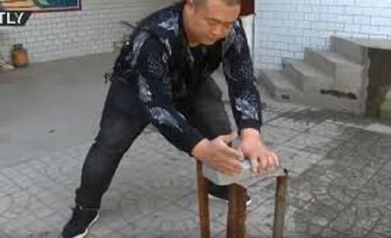 مستخدما يديه العاريتين.. صيني يكسر الزجاج والطوب بأدنى مجهود - فيديو