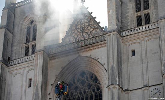 اندلاع حريق في كاتدرائية قوطية في فرنسا تعود للقرن الخامس عشر .. بالفيديو