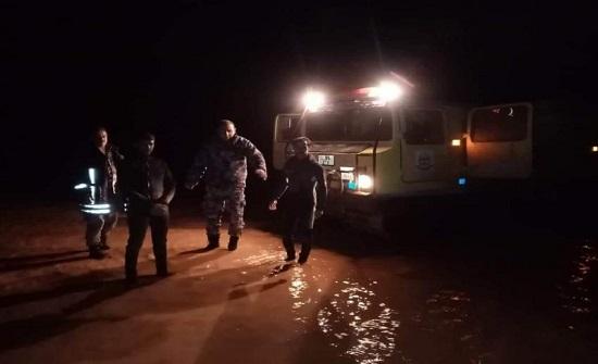 الرويشد :  اخلاء 12 شخصا حاصرتهم مياه الأمطار - صور