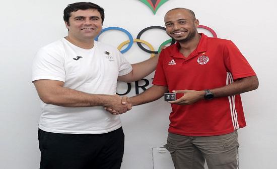 امين عام اللجنة الاولمبية يستقبل الرحالة المغربي غلام