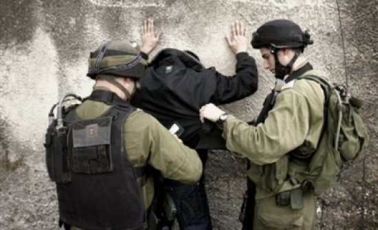 الاحتلال يعتقل 14 فلسطينيا ومستوطنون يجرفون أراض بالخليل