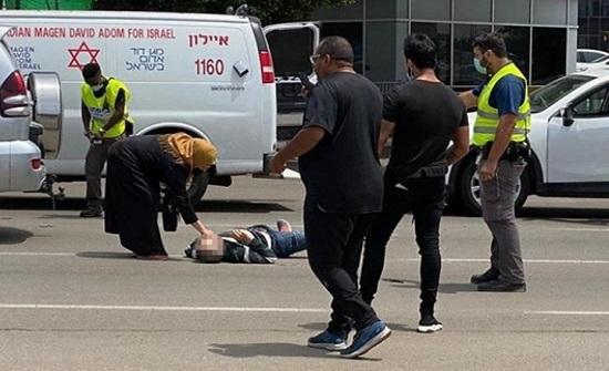 مشهد مؤثر لفلسطيني يسجد مكان استشهاد نجله .. بالفيديو