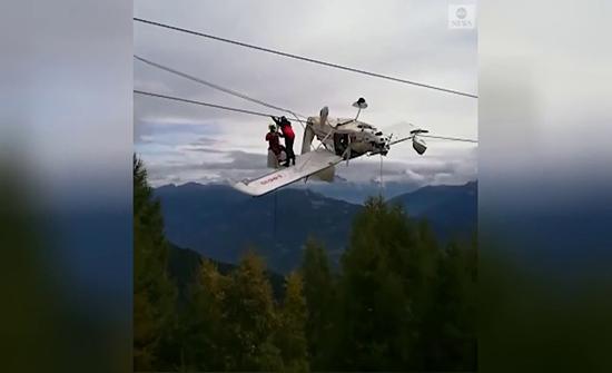 فيديو : حادث اصطدام طائرة خفيفة بأسلاك مصعد التزلج فوق جبال الألب
