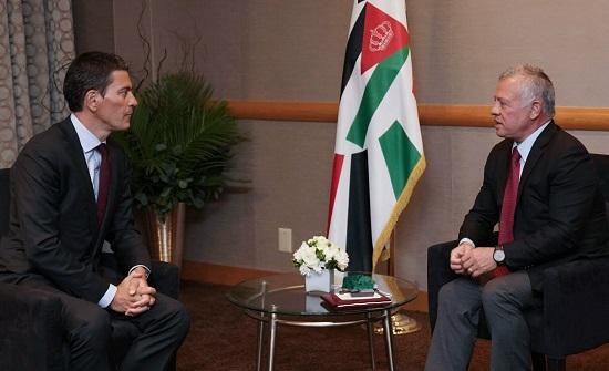 الملك : جهود المستضيفين للاجئين لا تعفي المجتمع الدولي من مسؤولياته