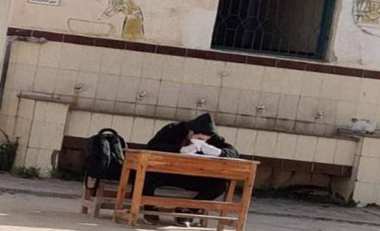 طالب عربي مصاب بكورونا يؤدي الامتحان قرب الحمام- صور