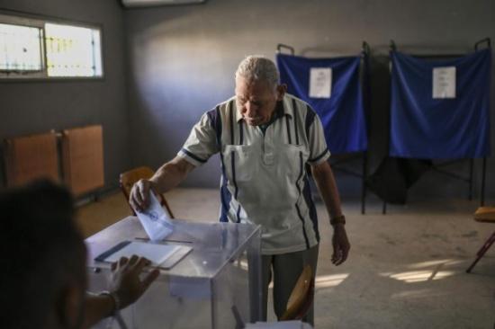 الناخبون اليونانيون يدلون بأصواتهم في الانتخابات العامة