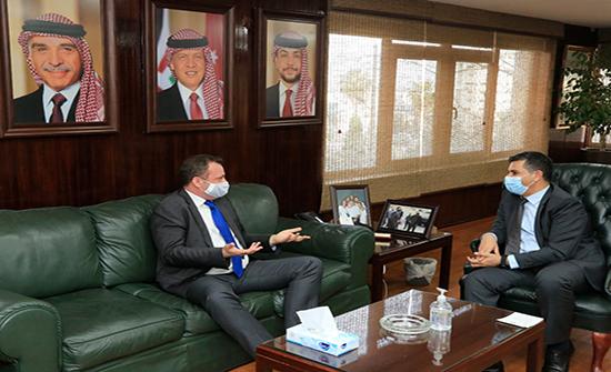 وزير المياه يبحث مع السفير الهولندي تنفيذ مشروعات مائية