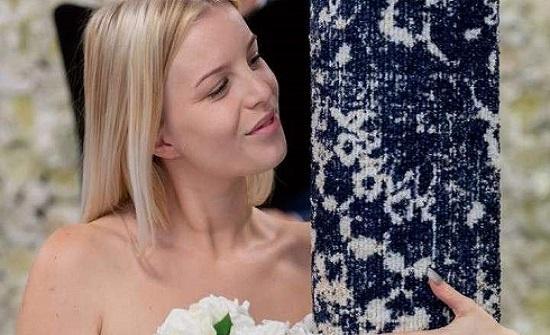 """بالصور- فتاة بريطانية تتزوج من """"سجادة"""" بعد قصة حب"""