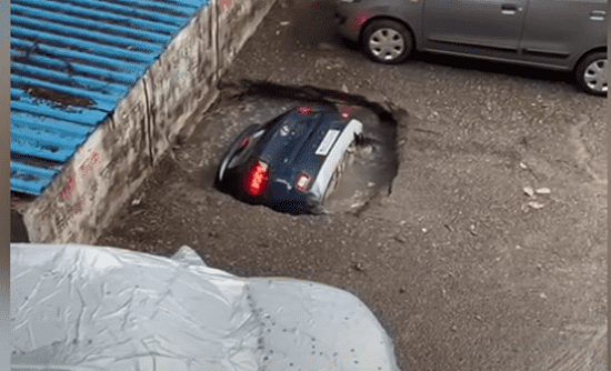 حفرة تبتلع سيارة خلال ثوانٍ  في الهند - فيديو