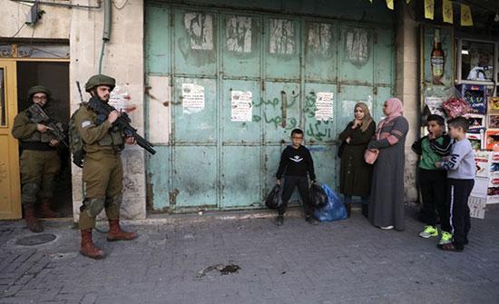 الاحتلال يشن اعتقالات بالضفة.. ويهدم منشآت بالقدس .. بالفيديو