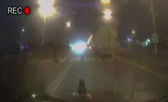 نهاية مأساوية لرجل أثناء عبوره الشارع (فيديو)