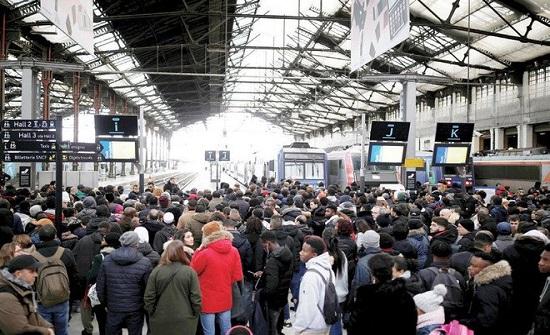 إضرابات نظام التقاعد تهدد بشل النقل في فرنسا اليوم