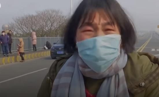 فيديو : أم صينية محاصرة بسبب كورونا تتوسل الشرطة لإنقاذ ابنتها