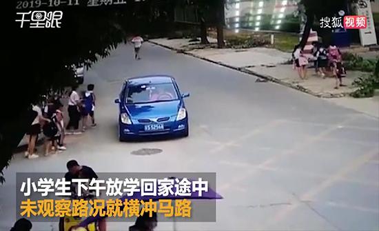 فيديو : لحظة دهس سيارة طالبا أثناء عبوره الطريق في الصين