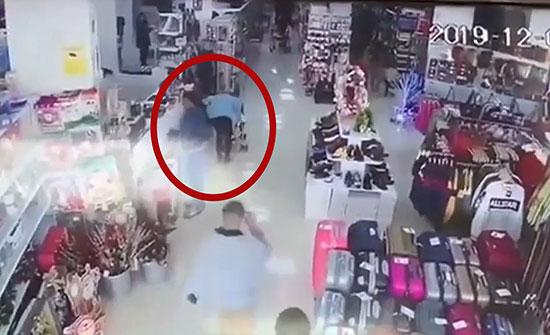 بالفيديو : امرأة تحاول اختطاف طفل في وضح النهار في اسبانيا