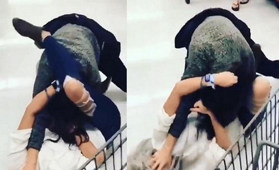 بالفيديو.. مصارعة حرة بين امرأتين داخل مركز تجاري بسبب التخفيضات