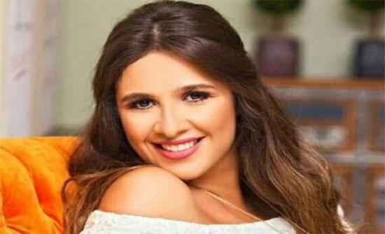 """أحدث ظهور لـ""""ياسمين عبدالعزيز"""" يثير التساؤلات بشأن حملها"""