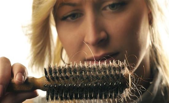 لهذا السبب يتساقط شعرك في الشتاء بسبب نقص فيتامين D