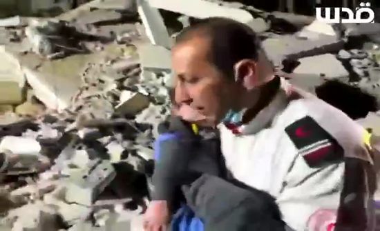 لقطات مؤثرة لأب بعد انتشال طفله من تحت الأنقاض بغزة (شاهد)