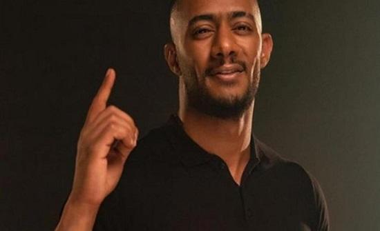محمد رمضان يسقط على الأرض بشكل قوي على المسرح (فيديو)
