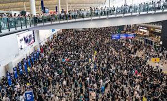 مطار هونغ كونغ يستأنف الرحلات بعد الاحتجاجات العارمة