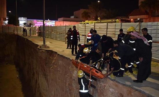بالصور: سقوط مركبة عائلة داخل حفرة بعمق 7 أمتار بالرياض.. والدفاع المدني ينقذ أفرادها
