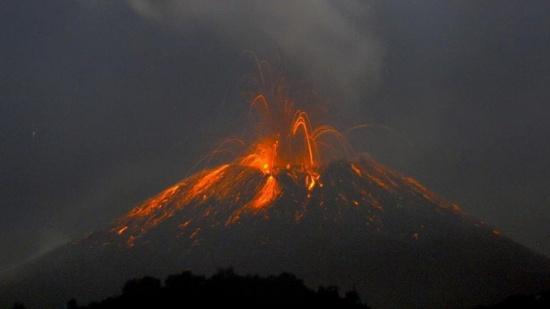 "انفجار هائل لبركان ""سترومبولي"" في إيطاليا"