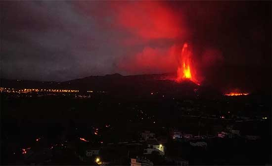 8 آلاف شخص يغادرون منازلهم في إسبانيا خشية الحمم البركانية