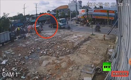 شاهد : لحظات فصلته عن الموت.. حاوية بضائع كادت أن تسحق سائق دراجة