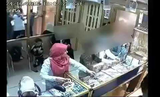 مصر : سيدة تسرق محل مجوهرات