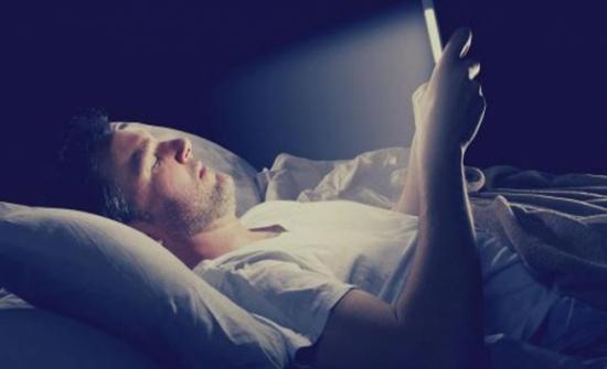لا هواتف ذكية في غرف النوم بعد العاشرة مساءً.. إليكم السبب