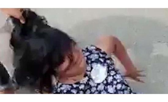 كويتي يسحل زوجته من شعرها أمام رجال الأمن في الشارع .. تفاصيل