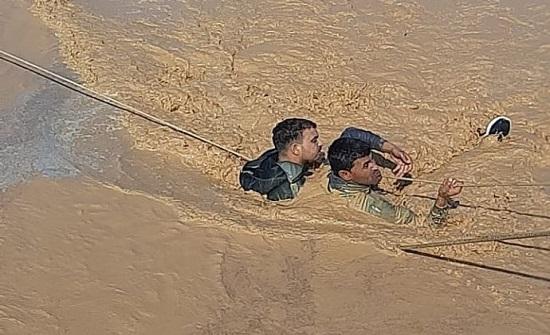 صور  : الدفاع المدني ينقذ شخصين حاصرتهم السيول في الزرقاء