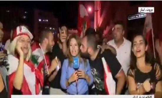 بالفيديو : لبنان .. متظاهر يُقبل مذيعة فرانس 24 ومسن يرقص مع فتيات !