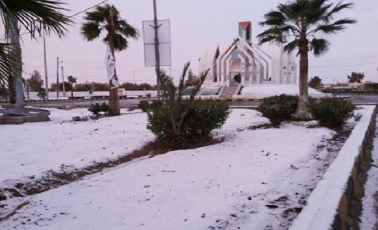 استمرار تساقط الثلوج على المرتفعات الغربية في محافظة معان